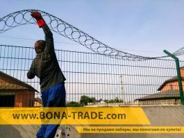 Нарастили бетонный забор сетчатым с егозой