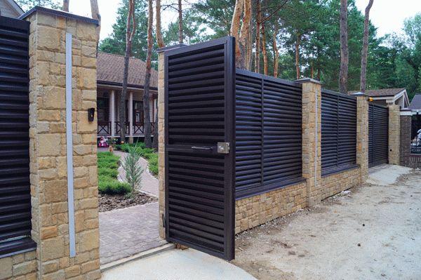 Фасадные заборы из металлических профилей