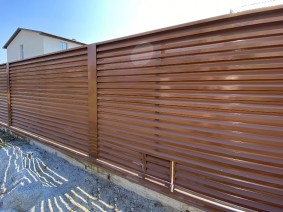 Светло-коричневый металлический забор жалюзи