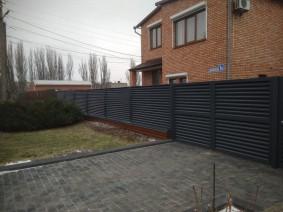 Забор-жалюзи для ограждения участка с воротами распашными и калиткой
