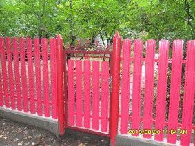 Малиновый штакетный забор_1