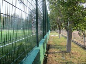 Зеленый забор для футбольного поля
