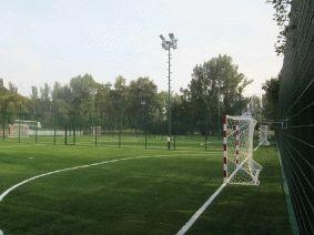 Ограждение футбольного поля с освещением