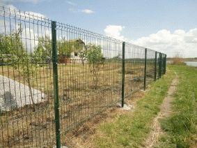 Панельный забор с металлическими столбами