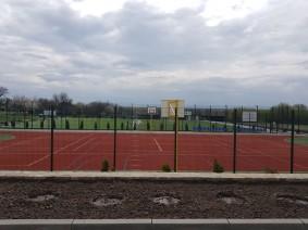 Современное футбольное поле с покрытием