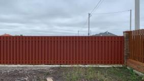 забор и калитка из евроштакетника для дома сруба