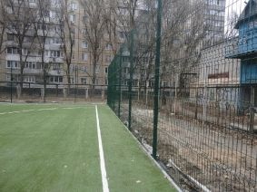 Футбольное поле. Ограждение из металла