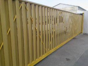 Откатные ворота с зашивкой металлическим штакетником_1