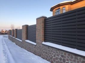 Забор типа штакет в горизонтальном исполнении