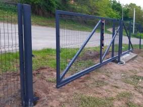 Откатные ворота с заполнением панельным забором из сетки