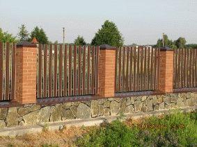 Штакетный забор с кирпичными столбами. _1