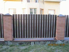 Штакетный забор с кирпичными столбами. _2
