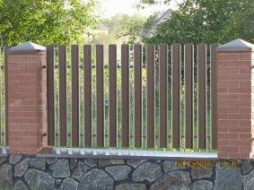 Штакетный забор с кирпичными столбами. _4