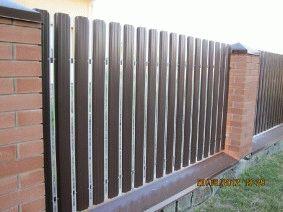 Штакетный забор с кирпичными столбами. _5