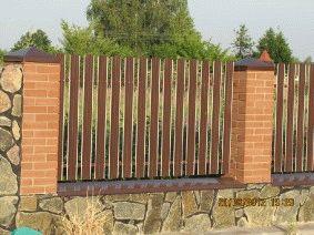 Штакетный забор с кирпичными столбами. _6