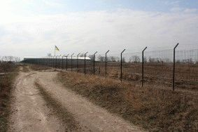 Забор с колючей проволокой, с. Небелыця_1