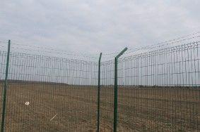 Забор с колючей проволокой, с. Небелыця_2