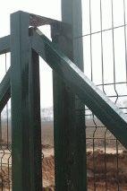 Забор с колючей проволокой, с. Небелыця_3
