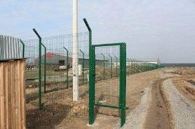 Забор с колючей проволокой, с. Небелыця_4