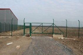 Забор с колючей проволокой, с. Небелыця_7