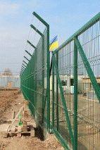 Забор с колючей проволокой, с. Небелыця_8
