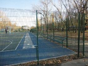 Забор и сидения на площадке