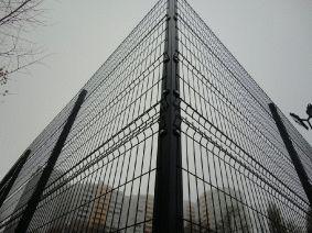 Секционный забор рубеж. Крепление на угловой столб