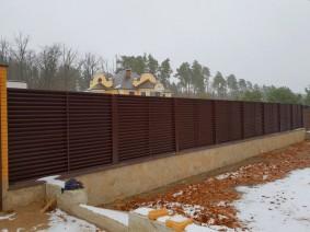 Забор жалюзи с металлическими столбами
