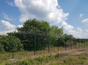 Забор из сетки сварной с колючей проволокой