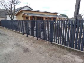 штакетный забор с односторонней зашивкой